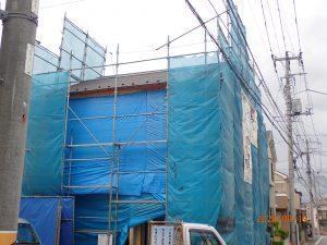 足立区舎人 新築現場、ブルーシートは大切。雨でも内部の作業に支障ありません