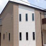 ミッキーマウスの柄の入った外壁のお家